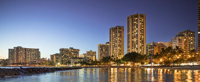 ハワイ ビーチ「アメリカ、ハワイ、オアフ島、ワイキキ ・ ビーチのパノラマ、夜」:スマホ壁紙(9)