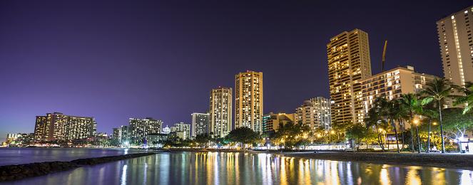 ハワイ ビーチ「アメリカ、ハワイ、オアフ島、ワイキキ ・ ビーチのパノラマ、夜」:スマホ壁紙(6)