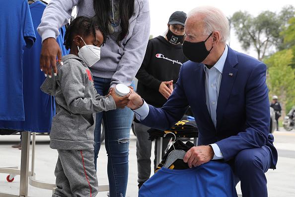 People「Joe Biden Campaigns In Warren, Michigan」:写真・画像(17)[壁紙.com]