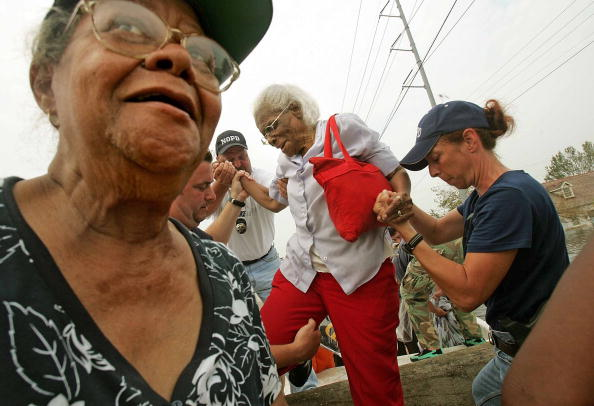 Holding Hands「Evacuations Ordered As Conditions In New Orleans Deteriorate」:写真・画像(17)[壁紙.com]