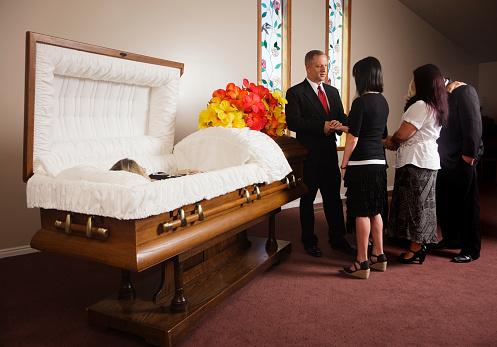 夕焼け 海「Family Receiving Guests at a Funeral」:スマホ壁紙(5)