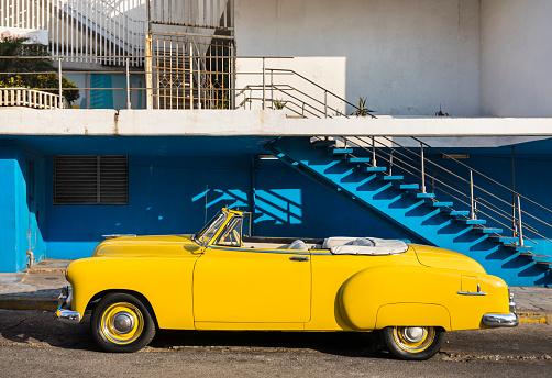 20th Century Style「Parked yellow vintage car, Havana, Cuba」:スマホ壁紙(0)