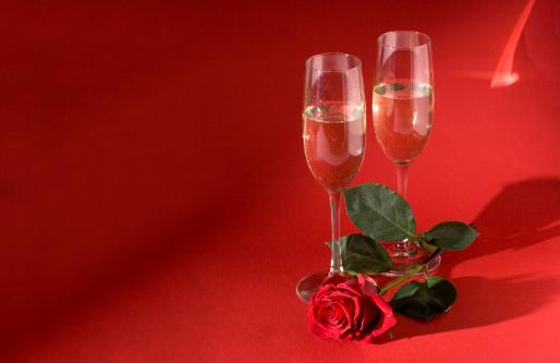 バレンタイン「赤いバラと 2 つのシャンパングラス」:スマホ壁紙(16)