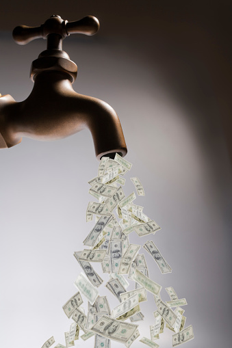 Currency「Dollar bills pouring out of faucet」:スマホ壁紙(14)