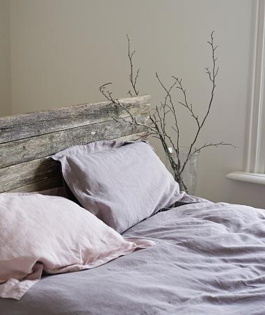 薄ピンク「Rustic bed and linen sheets」:スマホ壁紙(4)