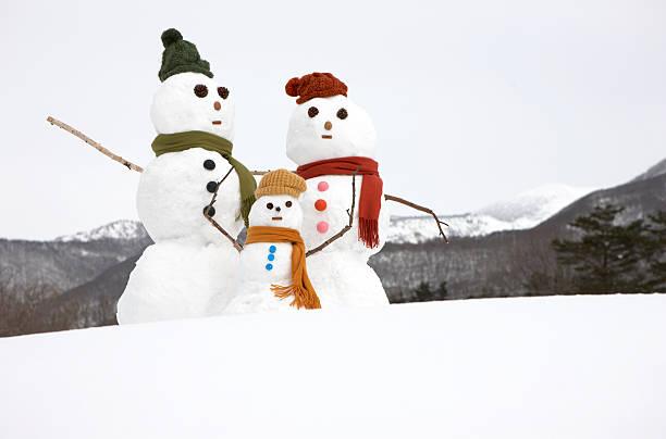 Three Snowmen representing a family in snow:スマホ壁紙(壁紙.com)