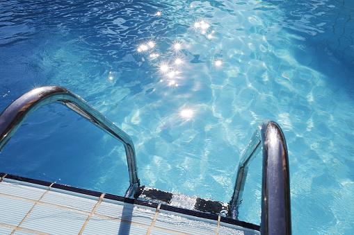 透明「Ladder into swimming pool」:スマホ壁紙(4)