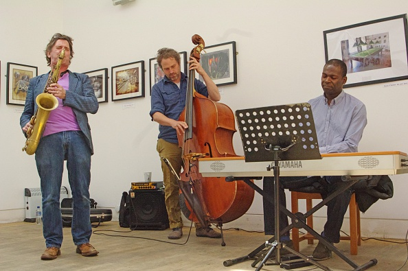 Basil「Basil Hodge, Ed Jones and Riaan Vosloo, Clock Tower Cafe, Croydon, London, 2015」:写真・画像(19)[壁紙.com]