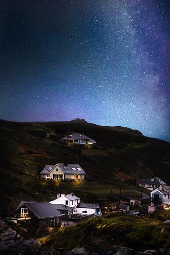 star sky「満天の空と夜の Tingagel 村」:スマホ壁紙(9)