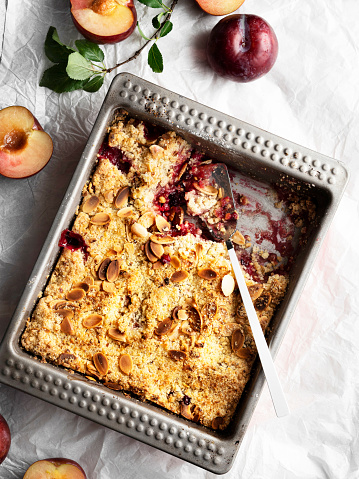Maple Syrup「Plums crumble pie, crumble, fruit crumble,Crumble with plum, Crumble with Plums and nuts on a white background, Sweet」:スマホ壁紙(15)