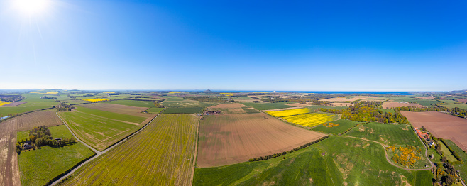 East Lothian「UK, Scotland, Aerial panorama of sun shining over countryside fields in summer」:スマホ壁紙(2)