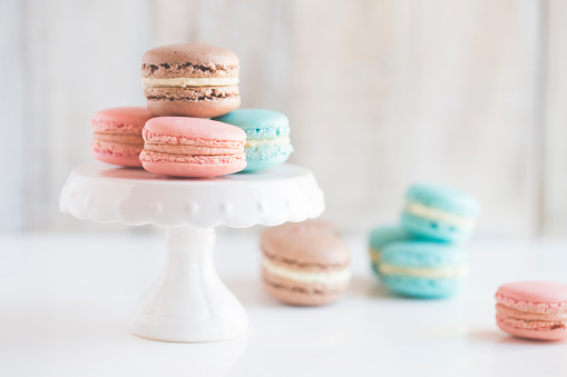 Plate「Chocolate, Vanilla and strawberry macaroons on a cake stand」:スマホ壁紙(6)