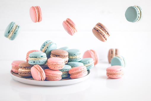 Macaroon「Chocolate, vanilla and strawberry macaroons on a plate and mid air」:スマホ壁紙(4)