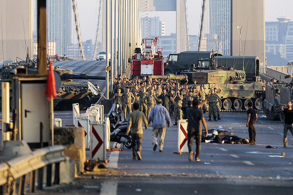 Surrendering「At Least 90 Killed in Attempted Military Coup in Turkey」:写真・画像(14)[壁紙.com]