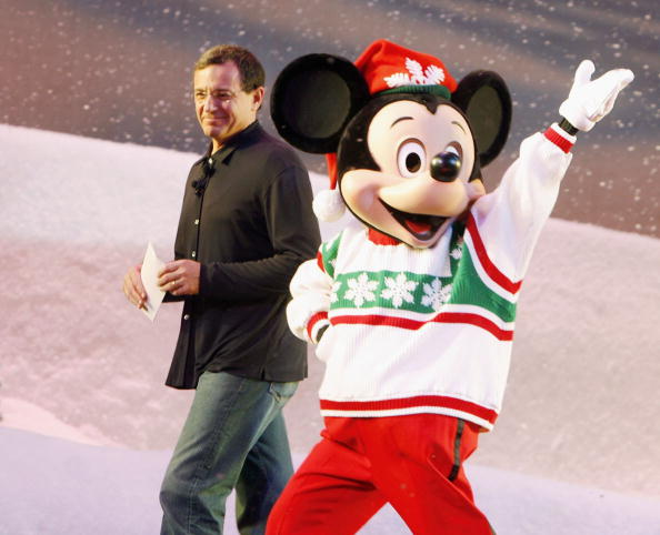 ミッキーマウス「Premiere of Walt Disney Picture's 'The Santa Clause 3: The Escape Clause' - Arrivals」:写真・画像(6)[壁紙.com]