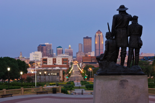 Avenue「Pioneer Statue with Downtown Des Moines」:スマホ壁紙(0)