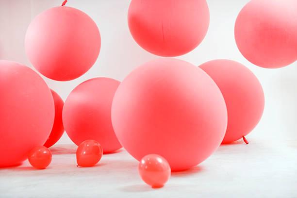 Children playing with big red ballons :スマホ壁紙(壁紙.com)