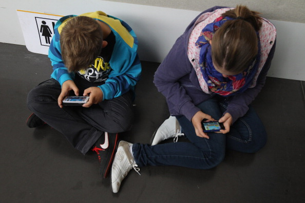 Mobile Phone「Children Using Smartphones」:写真・画像(10)[壁紙.com]