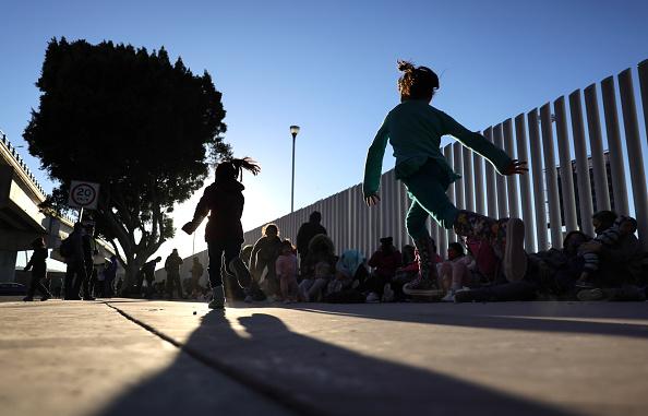 Baja California Peninsula「Biden Administration Allows Asylum Seekers In Mexico To Begin Crossing Border」:写真・画像(9)[壁紙.com]