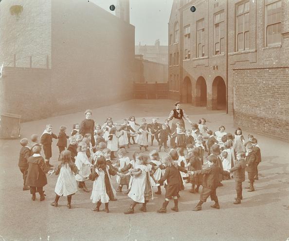 Circle「Children Playing  'Twinkle, Twinkle, Little Star', Flint Street School, Southwark, London, 1908. Artist: Unknown.」:写真・画像(6)[壁紙.com]