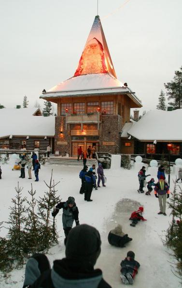 Village「Children play on ice slide outside Santa's office」:写真・画像(16)[壁紙.com]