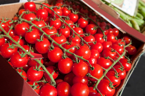 Nouvelle-Aquitaine「Fresh tomatoes on display at store」:スマホ壁紙(5)