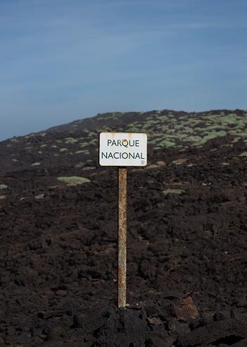 英字「White sign in volcanic landscape」:スマホ壁紙(9)