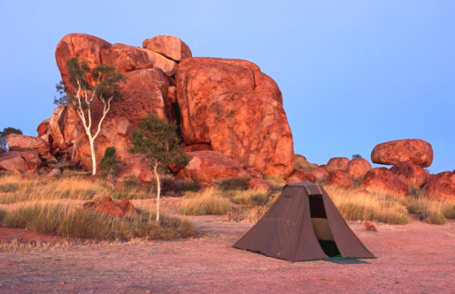 Tent「Tent in front of rock formation, Devil's Marbles Conservation Reserve, Northern Territory, Australia, Australasia」:スマホ壁紙(3)