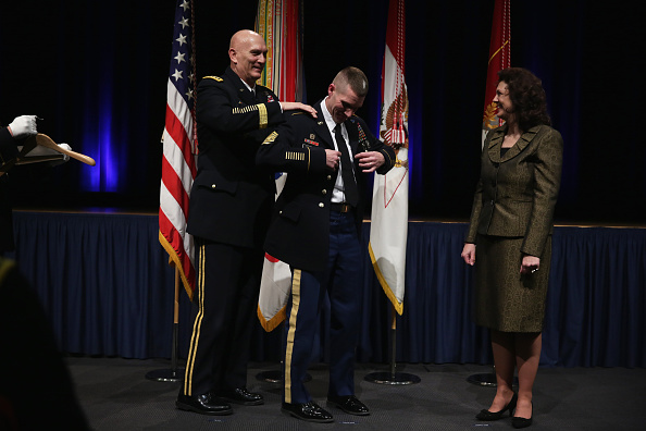 Daniel Gi「Army Chief Of Staff Gen. Ray Odierno Swears In Command Sgt. Maj. Daniel Dailey」:写真・画像(11)[壁紙.com]