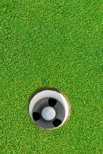 Putting - Golf「Hole in one, golf ball in hole on green」:スマホ壁紙(12)