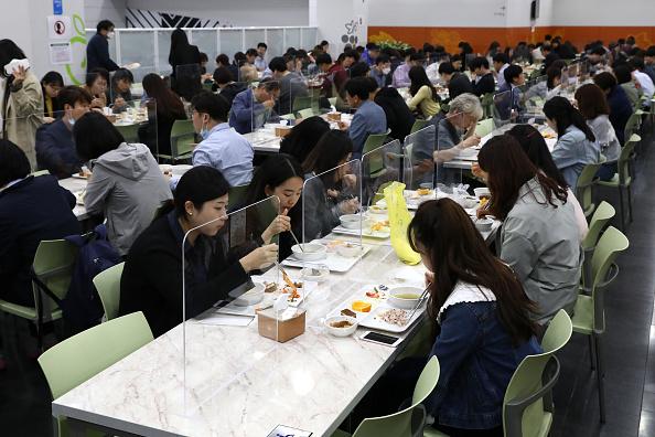 Table「South Korea Slowly Recovers From Coronavirus Outbreak」:写真・画像(17)[壁紙.com]