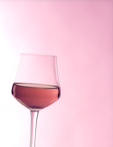 薄ピンク「Roséグラスワインに軽いブラッシュピンクの背景」:スマホ壁紙(12)