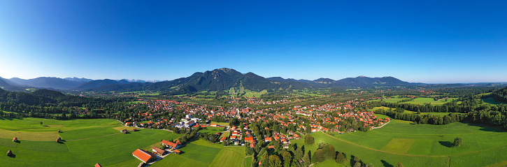 Brauneck「Drone shot of Lenggries with Brauneck against clear blue sky, Bavaria, Germany」:スマホ壁紙(12)