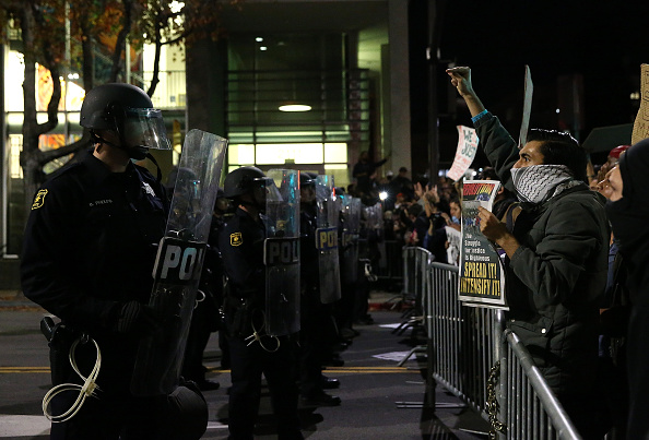 In A Row「Protesters Continue Demonstrations Over Recent Grand Jury Decisions」:写真・画像(9)[壁紙.com]