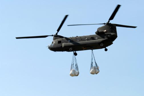 CH-47 Chinook「A CH-47 Chinook carrying sandbags.」:スマホ壁紙(2)