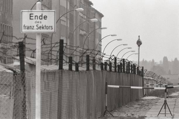 At the Berlin Wall:ニュース(壁紙.com)