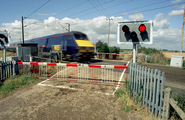 Crossing「Many fast expresses on the East Coast route between London and Edinburgh are worked by semi-permanently coupled trainsets with a Class 91 locomotive at the country end and a Class 82/2 DVT at the London end. The rear of a north bound service is seen at o」:写真・画像(12)[壁紙.com]