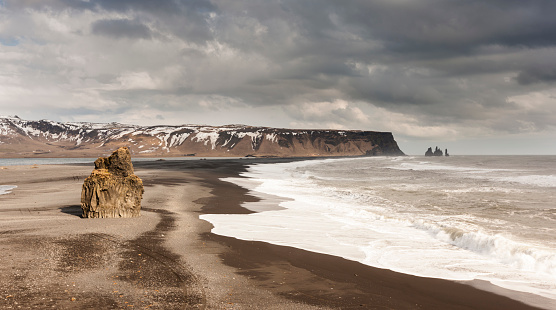 Dyrholaey「The sands at Reynisfjara seen from Dyrholaey, Iceland」:スマホ壁紙(13)