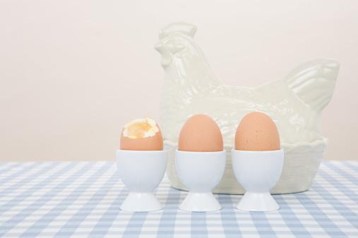 ゆで卵立て「半熟卵や陶器の雌鳥」:スマホ壁紙(19)