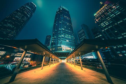 Footbridge「View night downtown cityscape of Hong Kong from skywalk」:スマホ壁紙(2)
