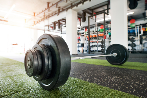Sports Training「Metal heavy barbell laid on the floor in modern gym.」:スマホ壁紙(19)