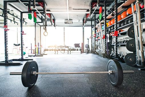 Shelf「金属製の重いバーベルは、モダンなジムの床に置かれます。」:スマホ壁紙(19)