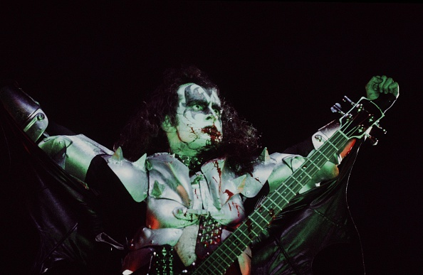 Blood「KISS Gene Simmons Goggling And Vomiting Blood On Stage In USA」:写真・画像(11)[壁紙.com]