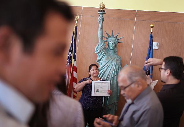 ヒューマンインタレスト「Immigrants To U.S. Become Citizens During Naturalization Ceremony In Miami」:写真・画像(6)[壁紙.com]