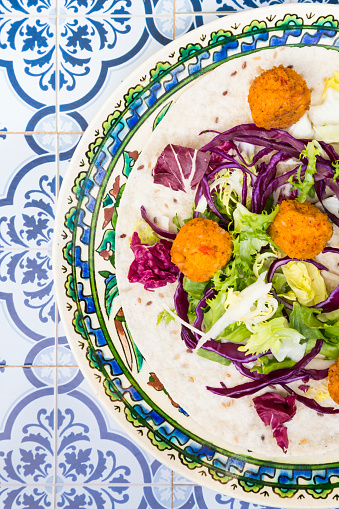 Falafel「Falafel, leaf salad, red and white cabbage and yogurt sauce with mint on wrap」:スマホ壁紙(9)