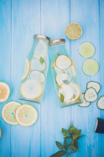 野菜・フルーツ「Two water bottles with cucumber, lemon, lime and mint」:スマホ壁紙(13)