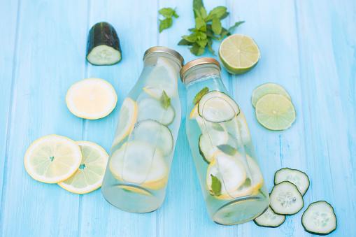 野菜・フルーツ「Two water bottles with cucumber, lemon, lime and mint」:スマホ壁紙(12)