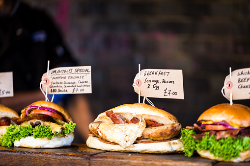Borough Market「Freshly flame grilled burgers displayed in a row at Borough Market, London」:スマホ壁紙(15)