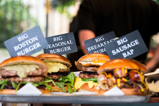 Unrecognizable Person「Freshly flame grilled burgers displayed in a row at Borough Market, London」:スマホ壁紙(3)
