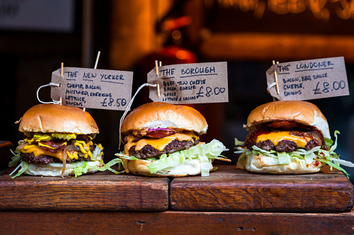 Borough Market「Freshly flame grilled burgers displayed in a row at Borough Market, London」:スマホ壁紙(7)